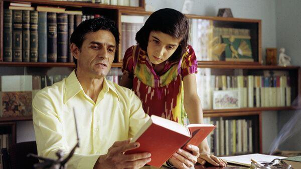 Поэт Мумин Каноат со своей дочкой, архивное фото - Sputnik Таджикистан