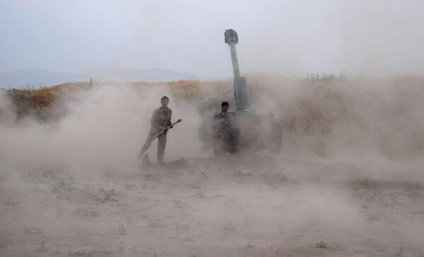 Артиллерия Национальной армии Афганистана ведет огонь по позициям талибов 3 мая 2015 года - Sputnik Таджикистан