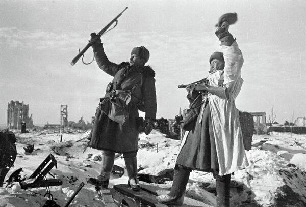Хушҳолии сарбозон аз озодкунии Сталинград. - Sputnik Тоҷикистон