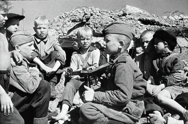 Кӯдакони замони ҷанги солҳои 1941-45. Акс аз бойгонӣ - Sputnik Тоҷикистон