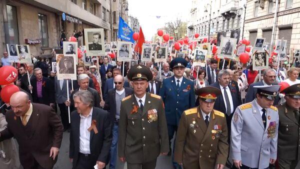Петербуржцы пронесли портреты родных-ветеранов на марше Бессмертный полк - Sputnik Таджикистан