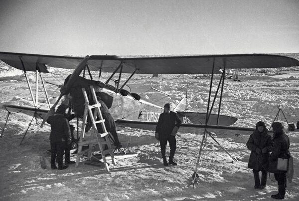 Летчики у самолета По-2. Архивное фото - Sputnik Таджикистан