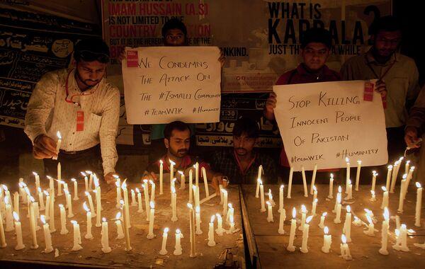 Люди в Карачи выражают свою солидарность с исмаилитами, погибшими в результате нападения на автобус - Sputnik Таджикистан