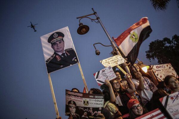 Противники президента Моххамеда Мурси у президентского дворца в Каире, 2013 год. Архивное фото. - Sputnik Таджикистан