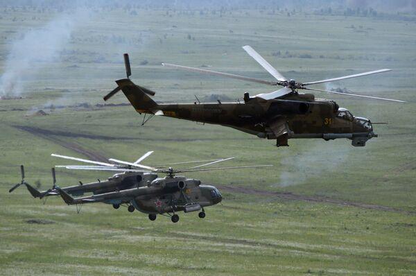 Вертолеты Ми-8 и вертолет Ми-24 во время учений войск. Архивное фото - Sputnik Таджикистан