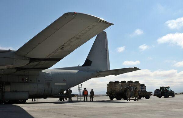 Загрузка грузов в самолет. Архивное фото - Sputnik Таджикистан
