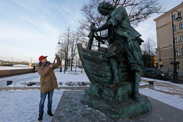 Памятник Царь-плотник на Адмиралтейской набережной в Санкт-Петербурге. Архивное фото - Sputnik Таджикистан