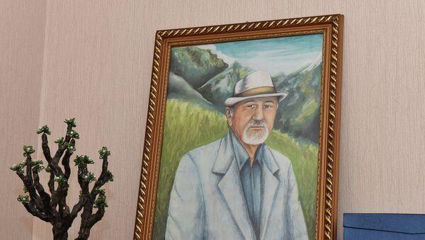 Портрет Бозора Собира в доме поэта - Sputnik Таджикистан