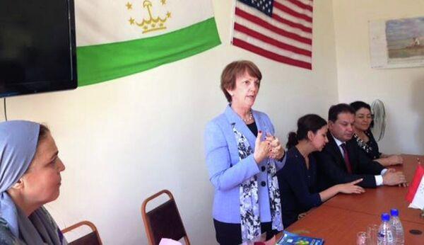 Посол США в Таджикистане Сюзан Эллиотт на мероприятии по передаче посольством США властям Исфары ирригационного оборудования - Sputnik Таджикистан