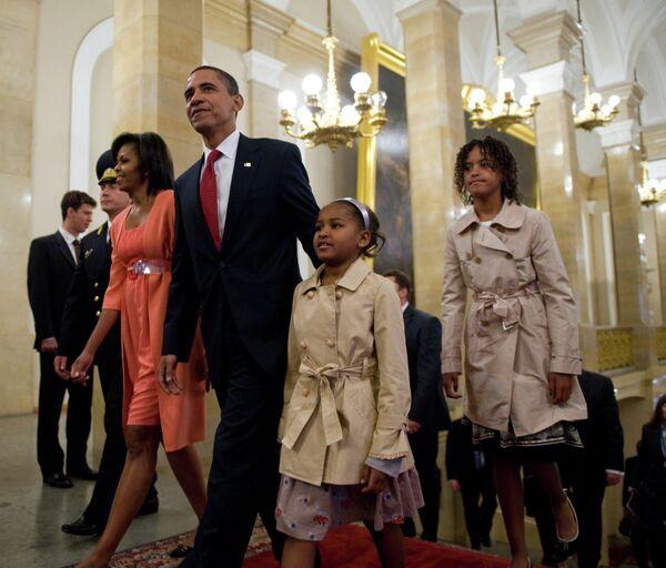 Президент США Барак Обама с супругой Мишель и дочерьми Сашей (второй справа) и Малией (справа). Архивное фото - Sputnik Таджикистан