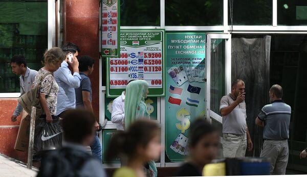 Обменные пункты в Душанбе 28 мая 2015 года - Sputnik Таджикистан