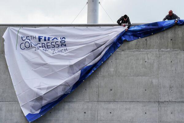 Подготовка стадиона Hallenstadion в Цюрихе, в котором пройдет 65-й конгресс ФИФА. - Sputnik Таджикистан