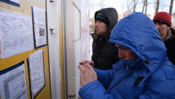 Мигранты ждут открытия миграционного центра. Архивное фото - Sputnik Таджикистан