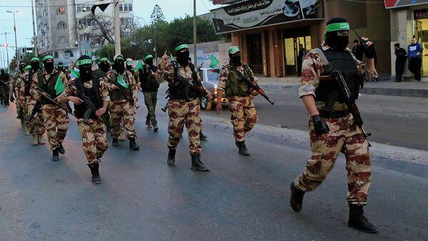 Представители движения Хамас маршируют по улице. Архивное фото - Sputnik Таджикистан