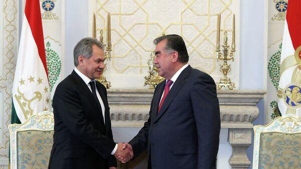 Эмомали Рахмон на встрече с Сергеем Шойгу в Душанбе 4 июня 2015 года - Sputnik Таджикистан