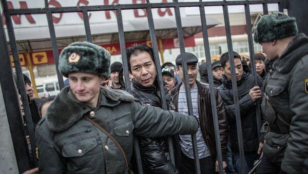 Полиция проводит проверку миграционного законодательства в ТЦ Москва в Люблино - Sputnik Таджикистан