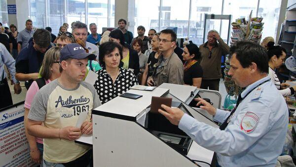 Проверка документов в аэропорту. Архивное фото - Sputnik Таджикистан