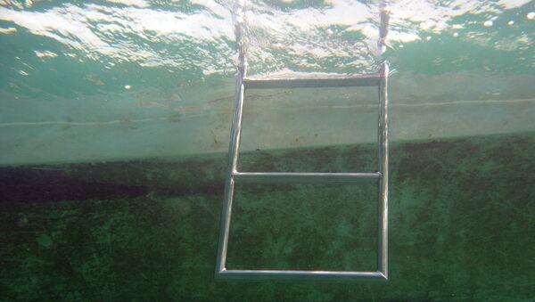 Под водой в бассейне. Архивное фото - Sputnik Тоҷикистон