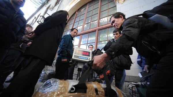 Перронный контроль пассажиров поезда Москва-Душанбе, архивное фото - Sputnik Тоҷикистон