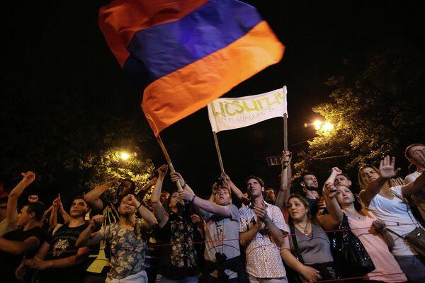 Протестующие с флагом Армении в Ереване. 25 июня 2015 года - Sputnik Таджикистан