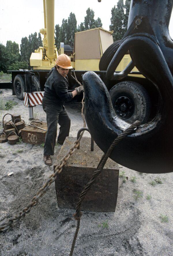 Работа грузоподъемного крана. Архивное фото - Sputnik Таджикистан
