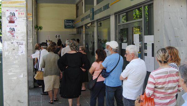 Горожане у отделения банка в Афинах. 1 июля 2015 года - Sputnik Таджикистан