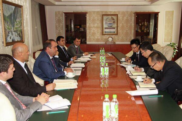 Встреча главы Нацбанка Таджикистана с вице-президентом Банка развития Китая в Синьцзяне. 1 июля 2015 года - Sputnik Таджикистан