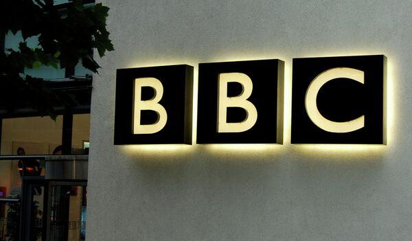 Логотип британской радиовещательной корпорации Би-Би-Си. Архивное фото - Sputnik Таджикистан