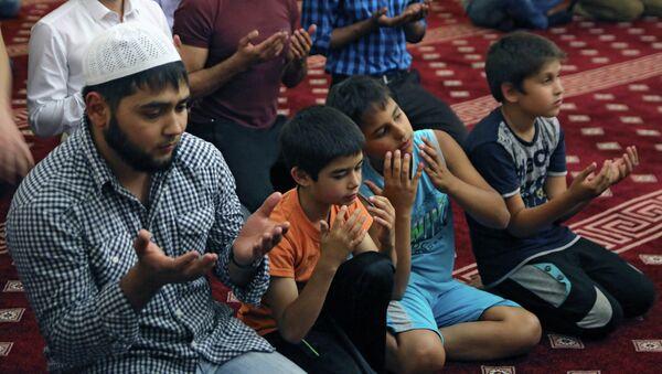 Намаз в священный месяц Рамазан. Архивное фото - Sputnik Таджикистан