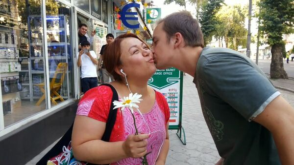 Sputnik подарил душанбинцам поцелуй - Sputnik Таджикистан