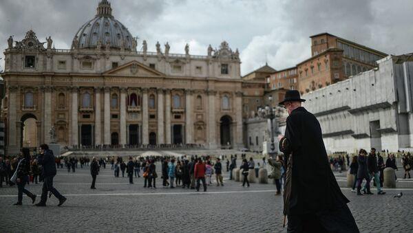 Священник идет по площади Святого Петра в Ватикане. Архивное фото - Sputnik Таджикистан