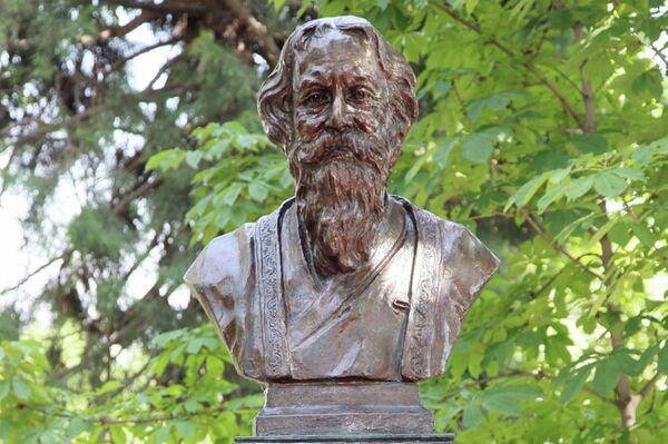 Бюст индийского поэта и философа Робиндраната Тагора - Sputnik Таджикистан