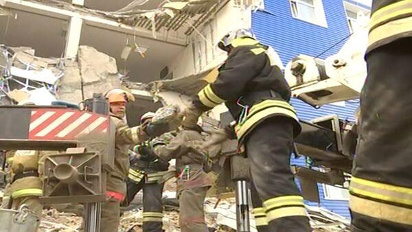 Спасатели руками разбирали завалы на месте обрушившейся казармы ВДВ в Омске - Sputnik Таджикистан