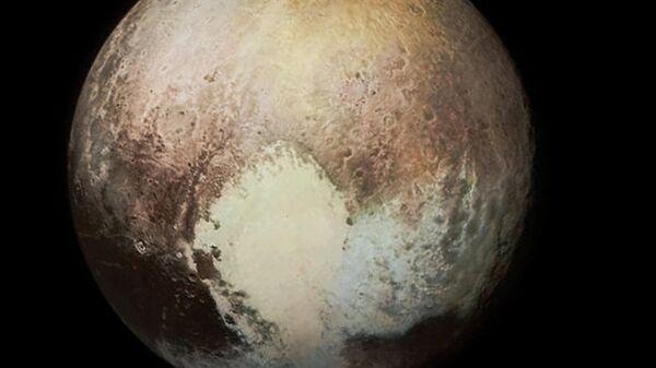 Изображение Плутона, полученное с камер LORRI и Ralph, а также данных с других инструментов зонда New Horizons - Sputnik Таджикистан