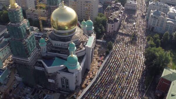 Молящиеся мусульмане заполнили улицы Москвы на празднике Ураза-байрам - Sputnik Таджикистан