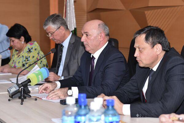 Нусратулло Давлатзода (в центре) на пресс-конференции Налогового комитета РТ - Sputnik Таджикистан