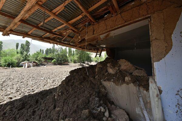 Полуразрушенный дом в селении Бедак - Sputnik Таджикистан