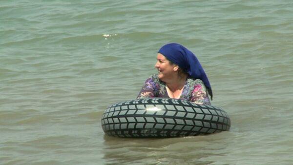 Чеченки в хиджабах купались на первом пляже для женщин в Грозном - Sputnik Таджикистан