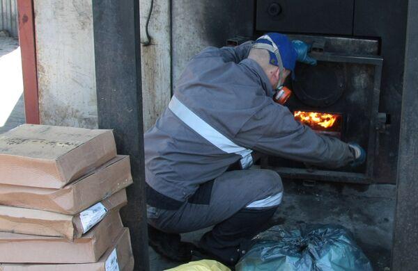 Сжигание продукции в печи. Архивное фото - Sputnik Таджикистан