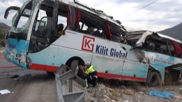 Автобус с туристами попал в крупное ДТП в Турции. Кадры с места аварии - Sputnik Таджикистан