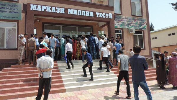 Абитуриенты в НЦТ в первый день объявления результатов вступительных экзаменов - Sputnik Таджикистан