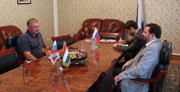 Рабочая встреча М. Кораблина с представителем российской нефтяной компании ОАО Татнефть. 31 июля 2015 года - Sputnik Таджикистан