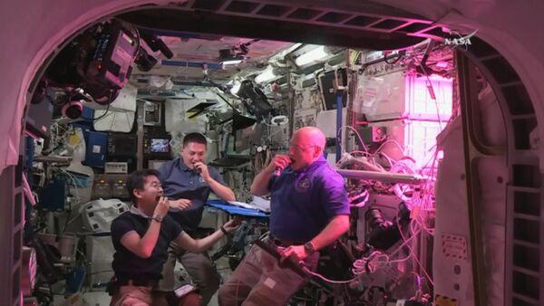 Космическая еда: как астронавты пробовали впервые выращенный на МКС салат - Sputnik Таджикистан