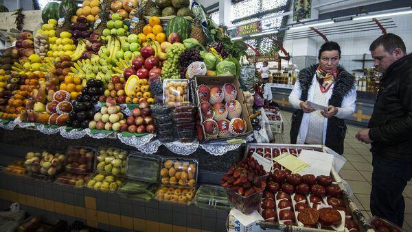 Покупатель в отделе овощей и фруктов. Архивное фото. - Sputnik Таджикистан