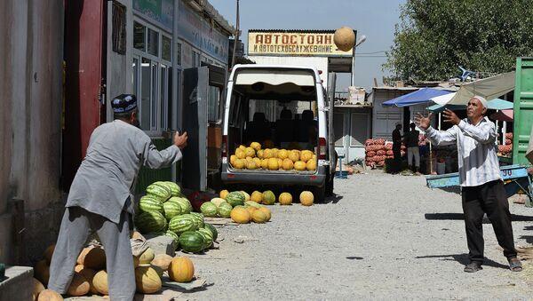 Стихийная торговля дынями в Душанбе - Sputnik Таджикистан