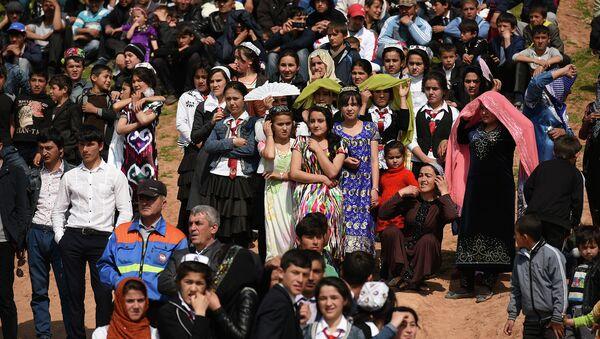 Люди на празднике. Архивное фото - Sputnik Таджикистан