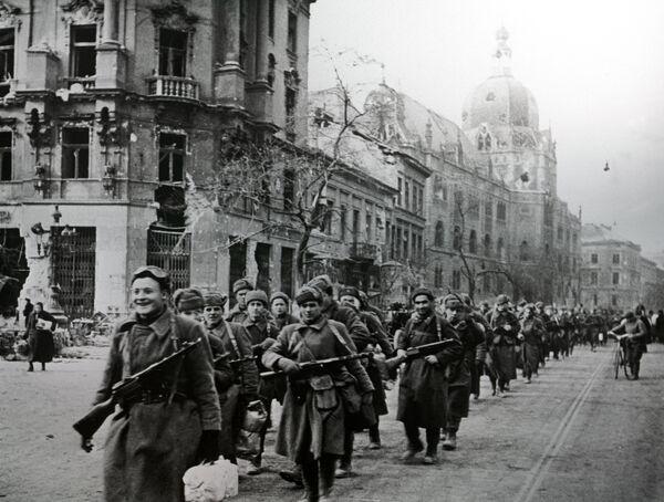Советские войска на улицах Будапешта. 1945 год - Sputnik Таджикистан