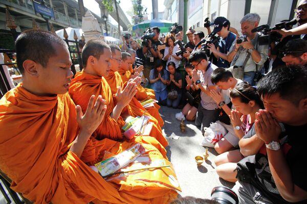 Буддистские монахи молятся вместе с семьями жертв теракта. 19 августа, 2015 год. - Sputnik Таджикистан