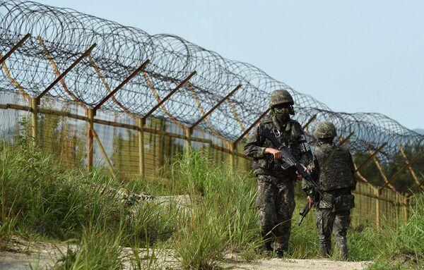 Военнослужащие Южной Кореи патрулируют возле демилитаризированной зоны в районе границы Южной и Северной Кореи. 10 августа 2015 года - Sputnik Таджикистан