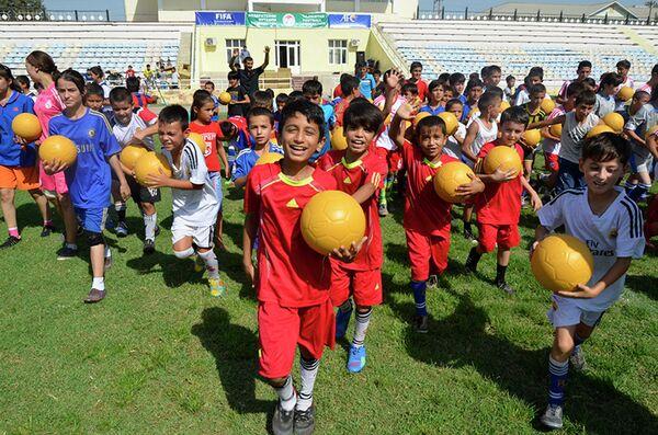 ФФТ вручила 700 мячей детям Хатлона - Sputnik Таджикистан